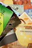 Grupo de cartões de crédito coloridos no fundo das cédulas da União Europeia Imagens de Stock Royalty Free