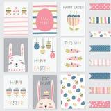 Grupo de cartões dos cumprimentos da Páscoa com coelhos bonitos, ovos, flores Foto de Stock