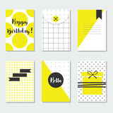 Grupo de cartões na moda amarelo e branco bonito dos testes padrões com feliz aniversario, olá!, e etiquetas do preto Fotografia de Stock