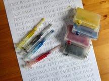 Grupo de cartuchos de tinta e de seringas sujas do reenchimento fotos de stock royalty free