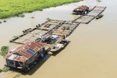 Grupo de casa de flutuação no La Nga foto de stock
