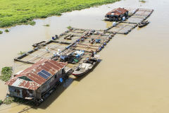 Grupo de casa flotante en el La Nga foto de archivo