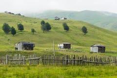 Grupo de casas en montaña Imagen de archivo