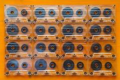 Grupo de cassetes áudio velhas na tabela de madeira Fotografia de Stock Royalty Free