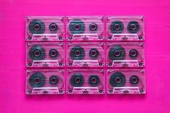 Grupo de cassetes áudio velhas na tabela de madeira Fotografia de Stock