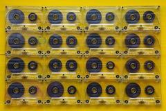 Grupo de cassetes áudio velhas na tabela de madeira Foto de Stock
