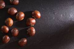 Grupo de castanhas Fundo escuro Fotografia de Stock