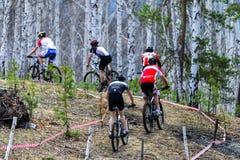 Grupo de cavaleiros acima de uma estrada da montanha durante uma raça Fotos de Stock