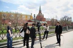 Grupo de cena dos journalistas disparado perto do Kremlin Imagem de Stock