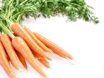 Grupo de cenouras crunchy no fundo branco imagens de stock