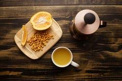 Grupo de chá de potenciômetro e de copo do chá com laranja fotografia de stock