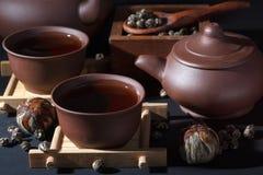 Grupo de chá cerâmico com fim do chá verde acima Imagens de Stock