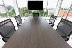 Grupo de chaira em torno da tabela na sala de reunião imagens de stock royalty free