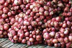 Grupo de chalota pequena vermelha na prateleira de bambu de madeira, ingrediente de alimento orgânico do frescor, mercado de prod Foto de Stock Royalty Free