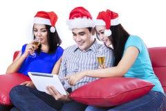 Grupo de champán de consumición del adolescente joven Imágenes de archivo libres de regalías