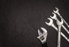 Grupo de chave de aço inoxidável no fundo branco com spac do texto Imagem de Stock