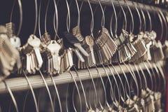 Grupo de chave que pendura no fio na loja chave do fabricante Imagens de Stock