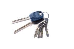 Grupo de chaves de uma porta em um fim branco do fundo acima foto de stock