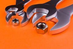 Grupo de chaves em um fundo alaranjado Imagem de Stock