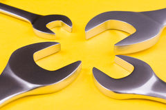 Grupo de chaves em um fundo amarelo Imagem de Stock Royalty Free