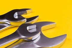 Grupo de chaves em um fundo amarelo Fotos de Stock