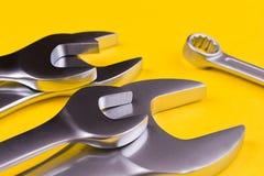 Grupo de chaves em um fundo amarelo Imagens de Stock Royalty Free