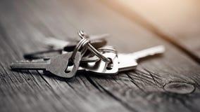 Grupo de chaves em uma tabela de madeira Fotos de Stock Royalty Free