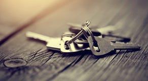Grupo de chaves em uma tabela de madeira Fotografia de Stock Royalty Free