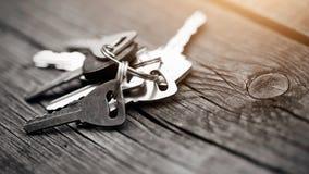 Grupo de chaves em uma tabela de madeira Fotos de Stock