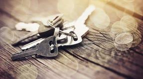 Grupo de chaves em uma tabela de madeira Foto de Stock