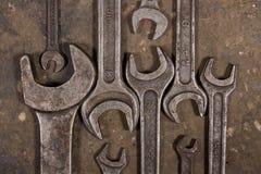 Grupo de chaves no assoalho lubrificado da garagem Imagens de Stock