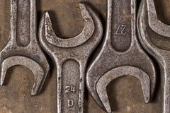 Grupo de chaves no assoalho lubrificado da garagem Imagem de Stock