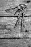 Grupo de chaves oxidadas velhas em uma tabela de madeira Fotos de Stock Royalty Free