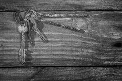 Grupo de chaves oxidadas velhas em uma tabela de madeira Fotos de Stock