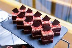 Grupo de chocolate escuro com partes brancas do creme e do chocolate Fotos de Stock