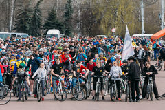 Grupo de ciclistas dos jovens na abertura da estação do ciclismo Foto de Stock