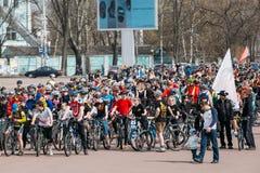 Grupo de ciclistas dos jovens na abertura da estação do ciclismo Imagem de Stock