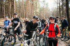 Grupo de ciclistas dos jovens na abertura da estação do ciclismo Foto de Stock Royalty Free