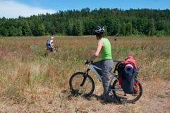 Grupo de ciclistas em passeios do Mountain bike completamente Fotografia de Stock