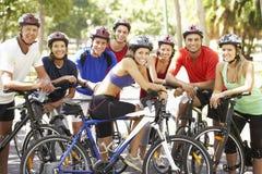 Grupo de ciclistas que descansan durante paseo del ciclo a través de parque Imagenes de archivo
