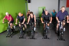 Grupo de ciclistas sênior imagem de stock