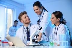 Grupo de cientistas que trabalham no laboratório moderno fotografia de stock royalty free