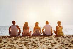 Grupo de cinco amigos en la playa Foto de archivo libre de regalías