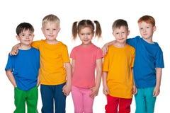 Grupo de cinco crianças felizes Fotografia de Stock Royalty Free