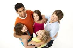 Grupo de cinco crianças novas no estúdio fotos de stock royalty free