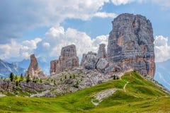 Grupo de cinco das torres picos, de Nuvolau, dolomites orientais, perto do lugar famoso da cidade do inverno e do verão do ` Ampe imagem de stock
