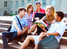 Grupo de cinco estudiantes fotografía de archivo