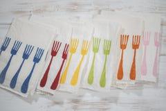 Grupo de cinco guardanapo de tabela brancos com teste padrão da forquilha do jantar Foto de Stock