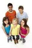 Grupo de cinco niños jovenes en estudio imagenes de archivo