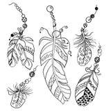 Grupo de cinco penas no estilo étnico americano tribal na coloração ilustração royalty free